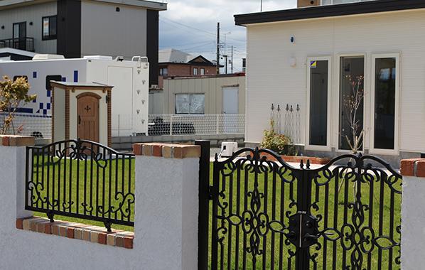 白い塗り壁とロートアルミのフェンス