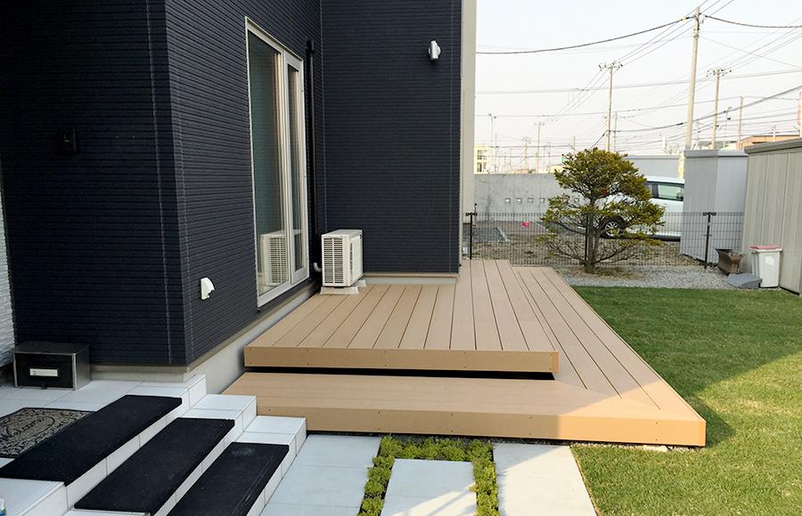 明るめの人工木デッキ材を使用した例