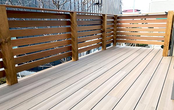 床に人工木の木調、フェンスにハードウッドを使用したハイブリッド仕様