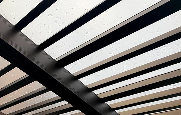 ポリカーボネート製の屋根材はお家の前を暗くしません。
