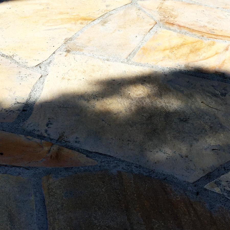 天然石がモルタルで白く・・・