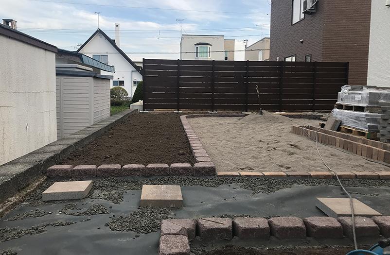 地続きのお庭を目隠しフェンスで仕切ります。
