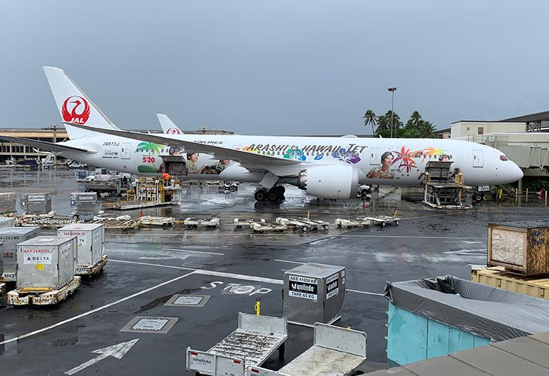 ダニエルKイノウエ空港に駐機中の嵐ジェット