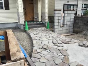 鉄平石のアプローチ施工写真