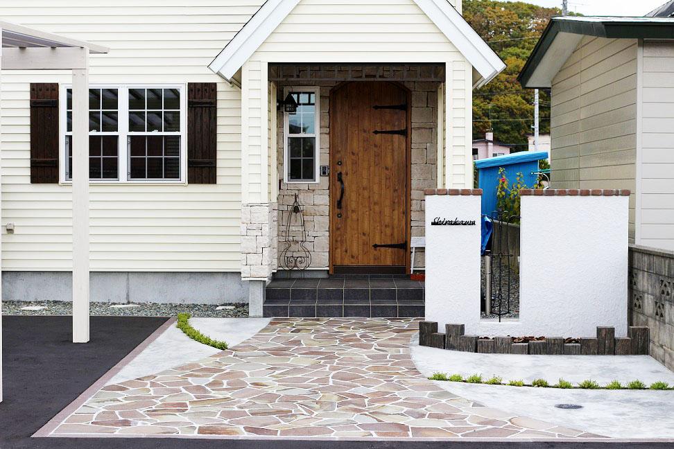門柱は住宅を引き立てる為にあえてシンプルに・・・さり気なくアイアンのサインとフィックフェンスでオシャレ感の演出をしつつ、足元には腐らないコンクリート製の枕木で花壇を作りました。