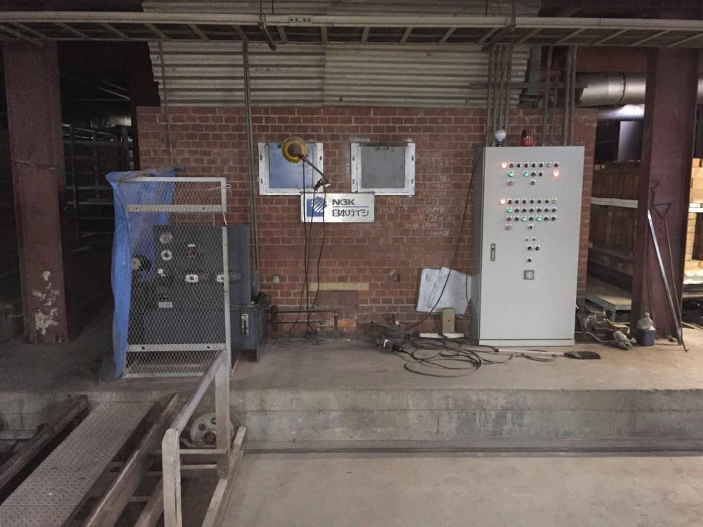 【米澤煉瓦さんの釜】自動制御で24時間焼き続ける最新式の釜です。