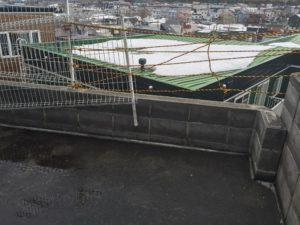 こちらが壊れたフェンスと塀です