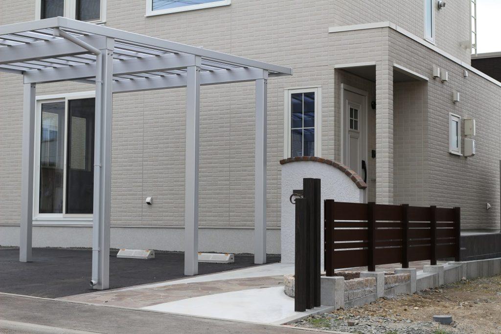 ポリカーボネート屋根のカーポートなので明くる開放的なファサードです。