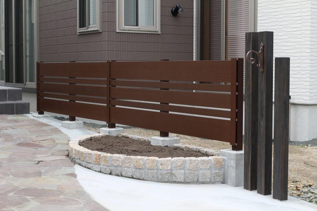 腐らないけどまるで本物の木のようにリアルな樹脂製フェンスは高さ違いの板を使っています。ピンコロ花壇との相性もバッチリです。