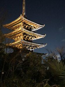 京都の風情溢れるレストランのテラスから見た八坂の塔